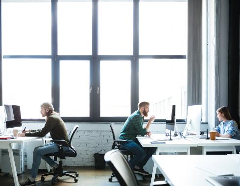 Jóvenes trabajando en coworking